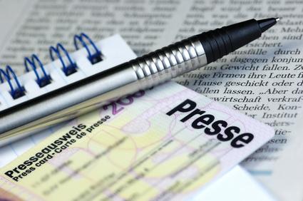 Bei Pressekonferenzen sollte Journalisten sowohl eine digitale als auch eine gedruckte Version der Pressemappe ausgehändigt werden